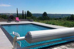 piscine couverte par un volet roulant